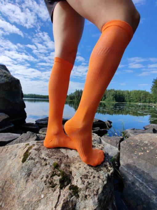 Raidalliset kompressiosukat oranssit