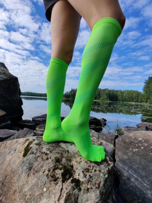 Raidalliset kompressiosukat vihreat